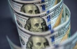 محدث.. الدولار يتحول للارتفاع عالمياً بعد بيانات اقتصادية
