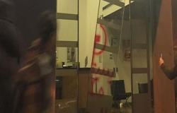 بالفيديو : تحطيم واجهات مصارف وأجهزة صراف آلي في لبنان