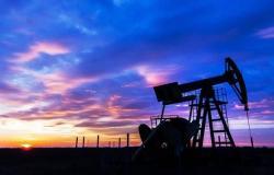 محدث.. النفط يُعمق خسائره لأكثر من 2.5% قبيل بيانات المخزونات