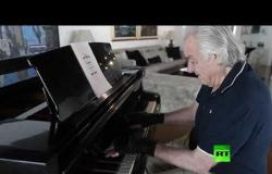 """قفازات """"سحرية"""" ساعدت على تأهيل عازف بيانو برازيلي"""