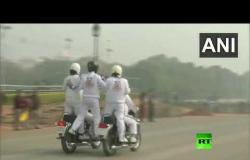 سائقات الدراجات النارية تظهرن مهاراتهن قبيل العرض العسكري في الهند