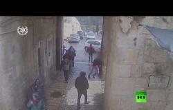 كاميرات المراقبة ترصد محاولة الطعن في القدس