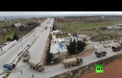 لقطات جوية لرتل عسكري تركي يسير نحو طريق M4 في إدلب