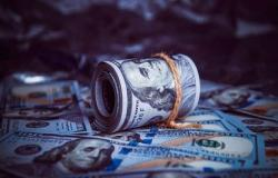 الدولار الأمريكي يتراجع عالمياً مع ترقب بيانات اقتصادية