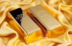 سعر الذهب يتراجع عالمياً مع تفضيل المستثمرين بيع كل الأصول