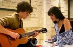 """شون مندس يعزف على الجيتار لكاميلا كابيلو وهي تغني """"My on my"""""""