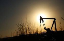 محدث.. النفط يسجل أسوأ أداء شهري في تاريخه بخسائر 54%