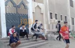 في مخالفة لقرارات الحظر..أطفال يلعبون كرة قدم بمركز شباب دملو