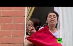 شاهد.. سكان مدينة كولومبية يطالبون الحكومة بالمساعدة على طريقتهم