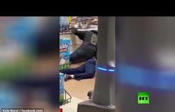 الولايات المتحدة.. القبض على رجل يكح ويبصق على المنتجات داخل محل للتسوق