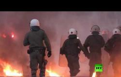 متظاهرون يلقون زجاجات حارقة باتجاه السفارة الأمريكية في أثينا