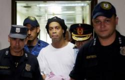 """لا يزال محتجزاً في الفندق.. باراجواي ترفض طلب """"رونالدينيو"""" بالسفر إلى البرازيل"""