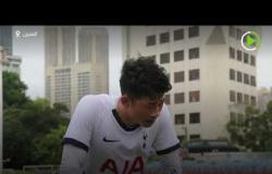 لاعب كرة قدم من ذوي الاحتياجات الخاصة يستعرض مهاراته