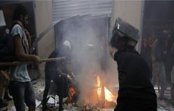 محتجون يقتحمون مبنى جمعية المصارف في بيروت .. بالفيديو