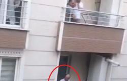 معركة الشرفة.. فيديو صادم لرجل تركي في نافذة منزله