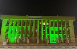 """مبنى """"محكمة التنفيذ"""" بالطائف يتوشح باللون الأخضر في يوم الوطن"""