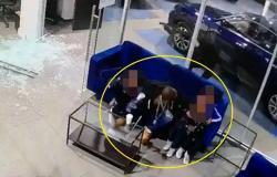 فيديو .. أب يتلقى الرصاص بجسده حماية لأطفاله