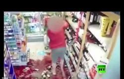 امرأة تخلف دمارا في محل تجاري بعدما طلبوا منها التزام التباعد الاجتماعي
