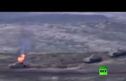 النيران تلتهم دبابة أذربيجانية أثناء تقدمها على خط التماس في قره باغ