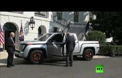 الرئيس الأمريكي دونالد ترامب يكشف النقاب عن شاحنة بيك أب كهربائية بالكامل