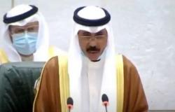 الدموع تُغالب الشيخ نواف الأحمد أثناء أدائه القسَم أميرًا للكويت