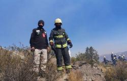 """بينها فريق """"ساعد"""".. الفرق التطوعية تسهم في جهود محاصرة حرائق """"تنومة"""""""