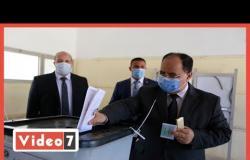 وزير المالية يدلي بصوته في مدرسة خالد ابن الوليد