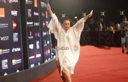 بفستان قميص..إنجي علي بلوك مختلف في مهرجان الجونة