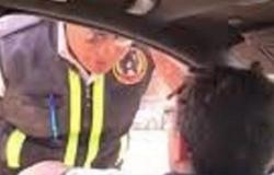 مصر.. فيديو متداول لطفل يقود سيارة ويصدم رجل مرور