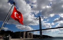 الاقتصاد التركي يواصل النزيف.. انخفاض كبير بالسياح وهبوط مستمر لليرة