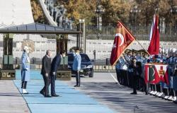 """مغردون يتفاعلون مع انحناءة """"تميم"""" للعلم التركي: تبعية وخنوع"""