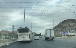 """""""مرور مكة"""" يضبط قائد حافلة يتنقل بين المسارات ولا يلتزم بالمسارات"""