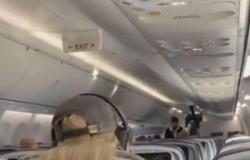 فيديو مروع.. كيف انتقمت راكبة من فتاة عنيدة على الطائرة