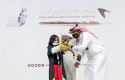 """نادي الصقور السعودي يهدي الطفلة """"شيهانة"""" صقراً"""