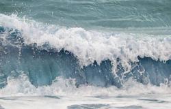مركز الأرصاد ينبّه من ارتفاع الأمواج في ينبع