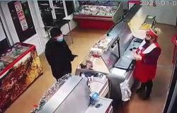 فيديو سرقة.. خطأ قاتل أوقع اللص في شر سرقاته
