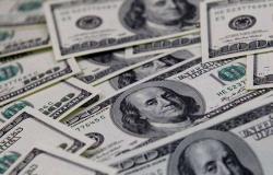 الدولار يقبع قُرب أدنى مستوى في 3 سنوات