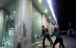 أهالي الطلاب المغتربين يحاولون اقتحام مصرف في لبنان .. بالفيديو