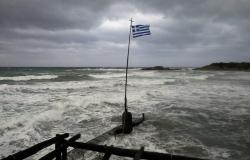 استفزاز تركي.. سفينتان تدفعان زوارق تحمل مهاجرين باتجاه اليونان!