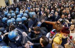 بالفيديو.. اشتباك محتجين مع الشرطة أمام البرلمان الإيطالي احتجاجاً على الإغلاق