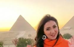 """آية عبدالله تشعل مواقع التواصل بـ """"كلمة حلوة وكلمتين"""" من أمام الأهرامات"""