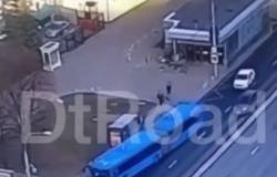 بالفيديو.. لحظة اصطدام حافلة بأعمدة إنارة وسط موسكو