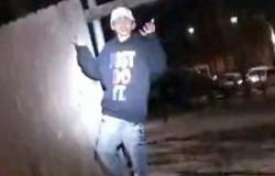 شرطة شيكاغو تنشر فيديو لإطلاق أحد ضباطها النار على مراهق.. في زقاق مظلم
