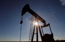 استقرار أسعار النفط إثر تراجع مخزونات الخام الأمريكية