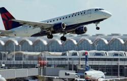 بالفيديو.. راكب أمريكي يحاول فتح باب الطائرة أثناء تحليقها