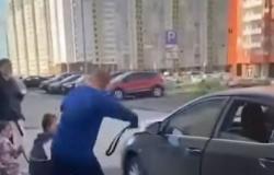 """بالفيديو.. شاب يعتدي على فتيات يدخِنَّ النرجيلة: """"سئمت من أصواتكن"""""""