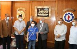 محافظ السويس يكرم 23 طالبا أوائل الشهادة الإعدادية