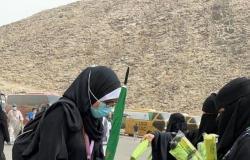 """بالفيديو.. """"منسوبات الشؤون الإسلامية"""" يشاركن في توزيع المظلات الشمسية"""