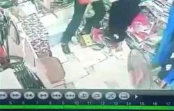 لحظة قتل متهم لزوجته بـ27 طعنة في بني سويف.. رفضت الرجوع للمنزل (فيديو)