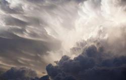 """""""الأرصاد"""" ينبّه مكة والمدينة: سُحب رعدية ورياح نشطة وتدنٍّ للرؤية"""